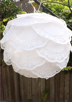 how-to-make-paper-lanterns-ruffled-doily-1